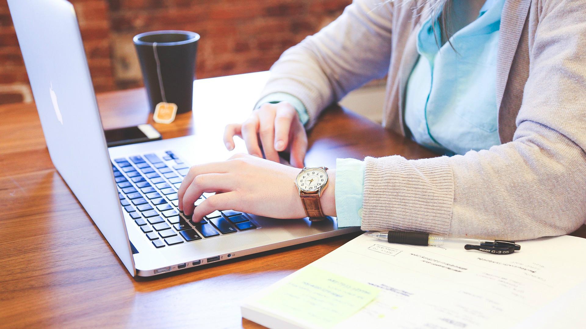 Kā Pelnīt Naudu Tiešsaistē Darbā Mājās
