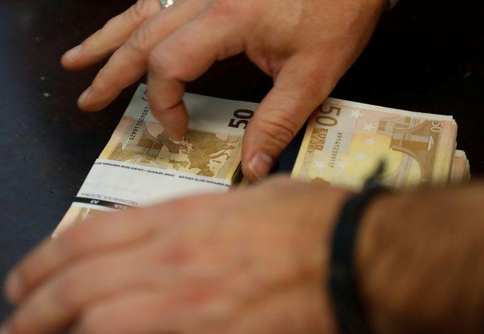 Aptauja: Lai normāli dzīvotu, iedzīvotāju ienākumiem būtu jāsasniedz 1123 eiro